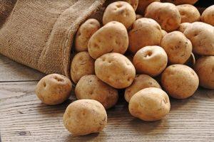 Khoai tây chứa nhiều vitamin C, vitamin B2,... giúp điều trị thâm da hiệu quả.